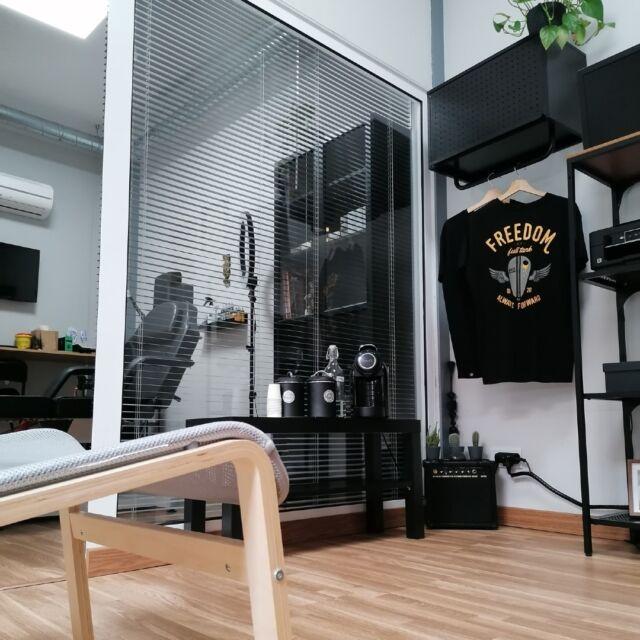 Um estúdio de #tatuagem cheio de estilo! 🔥  O @leowernecktattoo idealizou o seu novo estúdio para receber ainda melhor os seus clientes! Nós cá achamos que está fantástico 🤩 e tu?   Desliza para o lado 👉 para veres o ponto de partida!  #coworktorresvedras #coworkingspace #cowork #tattoostudio #tattoolovers #torresvedras #beyourself